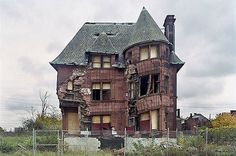 detroit is already starting to grow ruins :(
