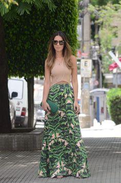 10 Ideias de combinações com saia longa que você pode apostar no verão. Top cropped nude, saia longa com estampa de folhagem, bolsa verde