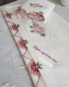 This Pin was discovered by Sev Needle Lace, Cross Stitch Flowers, Diy And Crafts, Crochet Edgings, Braids, Instagram, Knit Crochet, Bed Linens, Crocheting Patterns