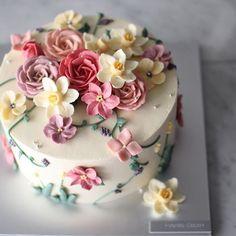 힘들지만 참 좋아하는 일 레시피를 만들고 다듬는 일도 늘 매력적이고 컬러를 만들고 파이핑하는 일도 그만큼 매력적이고 ㅎㅎㅎ 이녀석 좋아하시는 분들 많은 것 같아 한 장 더 올려봅니다. #flower#cake#buttercreamflower#design