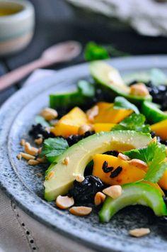 Her kommer en ret aromatisk og lidt asiatisk inspireret rissalat med mango og avocado. Risene er fuldkornsris, så man får lidt ekstra fibre, og så har jeg lige hældt lidt ingefærdressing over salaten.