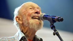 Folk singer, activist Pete Seeger dies at 94 Pete Seeger, the banjo-picking troubadour who sang for migrant workers, college students and star-struck presidents in a career that introduced generations of Americans to their folk music heritage, died Monday at the age of 94.