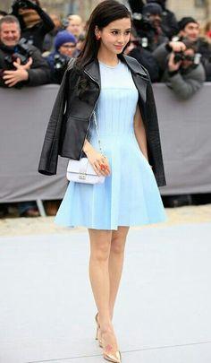 Mais uma inspiração de vestido e jaqueta preta! Da Angela Baby. Desta vez, um look mais romântico de vestido azul celeste, com o toque fashion da jaqueta, uma bolsa violeta, pastel e scarpin dourado. O cabelo deu um toque vintage, na produção. Lindinho!✨ #creative #vintage #fashion #angelababy