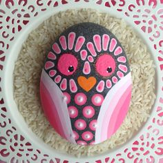 Hand Painted Owl Stone Paperweight in Pink Hues by fabbys on Etsy! Pebble Painting, Dot Painting, Pebble Art, Stone Painting, Painted Rocks Owls, Owl Rocks, Painted Pebbles, Painted Stones, Stone Crafts