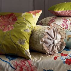 Bedroom with classic cushions | Bedroom furniture | Decoraing ideas