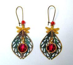 Boucles d'oreilles laiton bronze et doré, cristal grenat, perles nacrées : Boucles d'oreille par francesca