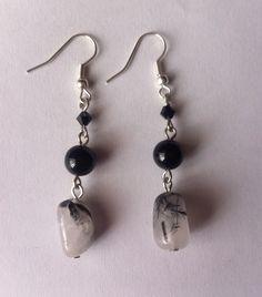 Aretes con mineral negro y blanco by BeOriginal. https://www.facebook.com/BeOriginalJoyeria?ref=hl