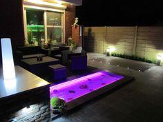 Waterdichte RGB-ledstrip (IP68) onder de boordstenen van een terrasvijvertje. Water proof LED strip terrace. Ruban LED étanche jardin.