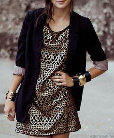 saco negro, vestido estampado
