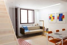 London Home Airbnb Rental Studiomama: A House with Minimalist Interior and New Layout Interior Minimalista, Living Place, Living Area, Living Room, Airbnb Rentals, Small Modern Home, Arts And Crafts House, Best Sofa, Minimalist Interior