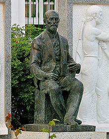 Monumento al escritor de la Generación del 27, Juan Ramón Jiménez en la plaza del Cabildo de Moguer.