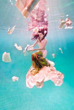 18 Beautiful Women Who Enjoy Underwater Photography
