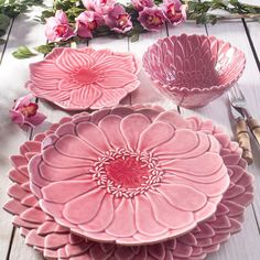 Inexpensive, elegant and versatile, pottery is a worthwhile addition to your home, and you should definitely consider getting some for your interior design project. Pottery is used to decorate diff… Ceramic Clay, Ceramic Plates, Ceramic Pottery, Pottery Art, Vase Deco, Pottery Classes, Everything Pink, Ceramic Flowers, Clay Crafts