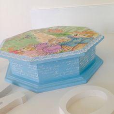 Maravilhosa caixa infantil <br>Tema: história infantil. <br>Pintada, com decoupage desenho e pintura à mão .