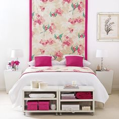 Combina el fondo del respaldar que puede ser un empapelado. En vez de tiene dos muebles repisas en la esquina de la cama y combina con almohadones al tono.