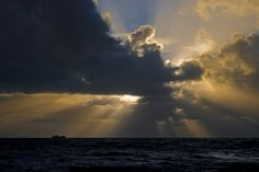 Lots of sunbeams over the Bristol Channel, as seen from Southerndown. https://www.picturedashboard.com