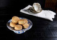 Estos scones resultaron deliciosos, nos encantaron a todos, esta receta fue una sorpresa muy agradable. Lo cierto es que a simple vista no parecían presagiar un bocado tan exquisito, pero os aseguro que están para dar saltitos. Apuntadlos y no dejéis de hacerlos para desayunar o merendar. Son requetefáciles y rápidos. Para seguir la tradición …