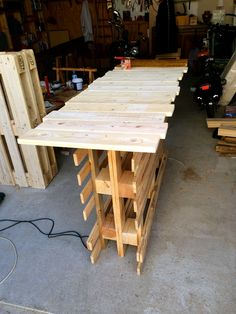 Table haute en palette/Palets high table facile à faire/easy to do le dessus à été vernis en trois couche apres/the top of the table have been varnished 3 times after