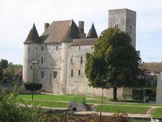 Le Château de Nemours, 77, situé en bordure du Loing, se compose de 3 éléments: la tour du Guet, le donjon à tours circulaires et la haute galerie les rattachant. Cet ensemble, bâti durant le 12°s, divise les historiens (Châtelain, Mesqui, Corvisier) quant à la construction du I° élément: tour du Guet, autour de 1130, ou donjon, entre 1150 et 1180?