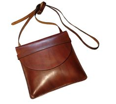Bag made entirely by hand Spanish calfskin premium. With a nice color of brown chocolate, simple, effective, practical and functional. It can be used