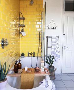 Gelbe Badezimmerfliesen machen diese Badewanne modern und unterhaltsam Yellow bathroom tiles make this bathtub modern and entertaining Yellow Bathroom Decor, Yellow Bathrooms, Bathroom Ideas, Yellow Home Decor, Interior Design Yellow, Bathroom Colors, Bathroom Inspiration, Rustic Bathrooms, Dream Bathrooms