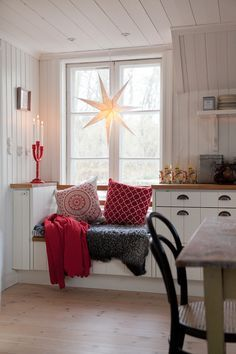 Great window seat - could do in kitchen sitting area - using Ikea star Cosy Kitchen, Scandinavian Kitchen, Kitchen Ideas, Christmas Deco, Christmas Home, Christmas Kitchen, Hygge, Ikea, Christmas Interiors