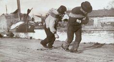 Het jagen van een hooischip door de Kostverlorenvaart langs het jaagpad van de Baarsjesweg. 1907.