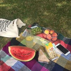 Picnic Ideas Discover Le petit déjeuner discovered by Steevens on We Heart It Picnic Date, Summer Picnic, Comida Picnic, Good Food, Yummy Food, Delicious Snacks, Aesthetic Food, Aesthetic Beauty, Summer Aesthetic