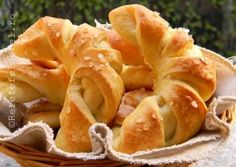 CORNURI PUFOASE CU UNT Snack Recipes, Snacks, Onion Rings, Croissant, Unt, Chips, Food And Drink, Sweets, Bread