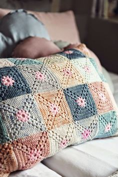 Beautiful crochet cushion - A little different granny square. Crochet Afghans, Crochet Diy, Crochet Cushions, Manta Crochet, Crochet Pillow, Crochet Home, Crochet Granny, Crochet Motif, Crochet Designs