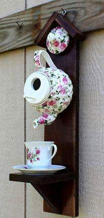 Fought Rain Mace Fought Can't wait to see what builds in my teapot birdhouse this year. Porche Shabby Chic, Shabby Chic Veranda, Shabby Chic Porch, Shabby Chic Birdhouse, Garden Crafts, Garden Projects, Diy Projects, Garden Ideas, Art Crafts