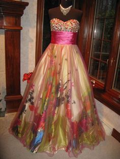 I would absolutely LOVE to get this dress for prom!