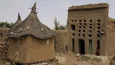 Les Dogons vivent dans un territoire rocheux et montagneux dans le centre de l'ouest du Mali. Leurs colonies s'étalent le long du massif de Bandiagara, un affleurement de grès d'une soixantaine de kilomètres qui sépare le centre du Mali en…