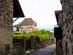Yvoire is a beautiful medieval village on the French side of Lake Geneva. A mere 20-minute sferry ride from the Swiss town of Nyon, Yvoire is a great day trip to make when visiting Geneva or Lausanne.