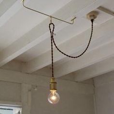 取り付け後も吊り下げ箇所を簡単に横にスライドできるペンダントコードです。レールの長さは30cmです。写真のように根太(梁)に取付ける必要はありません。天井へ直接取り付け可能です。写真は、天井の電源接続箇所からフックまでの距離30cm、吊り下げ高さ38cm(電球含む)。ソケットコード長さ90cm、茶コード使用。付属電球40W。※LED電球対応(口金サイズE17)器具は最高で60Wの電球が使用可能です。付属品;真鍮製スライドレール(フック付)、木ねじ×4、ひも。天井への取り付けは、各種天井ローゼットへワンタッチで行えます。ライティングレールへの取り付けはアダプターが必要です。本体にスイッチは付属しておりませんので、お部屋の壁スイッチをご利用下さい。本製品は、PSE規格の合格品です。HPも御座います。是非ご覧ください。 http://lamplamp.chu.jp/
