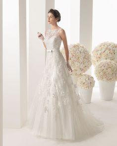 MALENA - Vestido de encaje y tul en color natural.61G01 - Guante de chantilly y tul, corto, natural.T6318 - Tiara de cristal, color plata. Linda forma