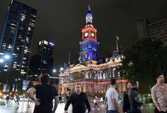 【2015.11.15 日曜日】     世界で建物が仏国旗の3色に   フランス国旗の赤、白、青の3色にライトアップされたオーストラリア・シドニーの市庁舎(2015年11月14日撮影)。(c)AFP/William WEST