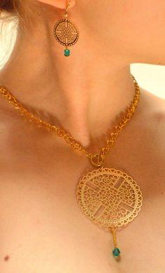 Parure Collier doré médaillon ciselé et cristal bleu  Atelier V.