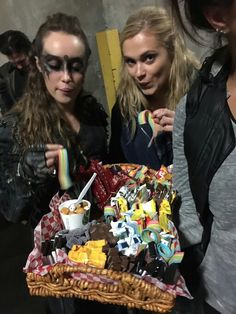Alycia Debnam Carey and Eliza Taylor The 100 Cast, The 100 Show, It Cast, Lexa The 100, The 100 Clexa, Avgeropoulos Marie, The 100 Serie, The 100 Poster, The 100 Characters