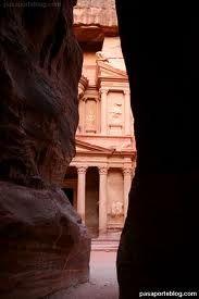 Petra - Petra (en árabe, البتراء al-Batrā´) es un importante enclave arqueológico en Jordania, y la capital del antiguo reino nabateo. El nombre de Petra proviene del griego πέτρα que significa piedra, y su nombre es perfectamente idóneo; no se trata de una ciudad construida con piedra sino, literalmente, excavada y esculpida en la piedra.