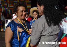 La dirigente dominicana y candidata al Parlament de Cataluña Reyna Sossa recibió la medalla de reconocimiento por destacada labor dentro de la comunidad latina en Cataluña.