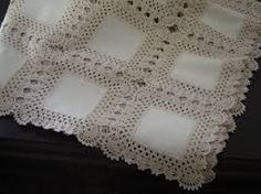 This Pin was discovered by Nei Crochet Bedspread Pattern, Crochet Fabric, Crochet Quilt, Crochet Blocks, Crochet Squares, Filet Crochet, Crochet Motif, Crochet Doilies, Crochet Lace