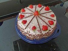 Yoguretten - Torte Rezept: heller,Schmand,Schlagsahne,Erdbeeren,Schokoriegel,Sahnesteif,Verzieren,Verzieren,Verzieren