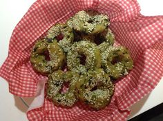Αλμυρά κουλουράκια με σπανάκι και σουσάμι Συνταγή: περίπου 1/2 κιλό αλεύρι με 1,5 κγ μπέικιν, μισό κιλό σπανάκι, 2 κσ λάδι,1 κούπα λάδι, αλάτι, πιπέρι. Εκτέλεση: Σοτάρουμε στο ελαιόλαδο το σπανάκι να μαραθεί, προσθέτουμε αλάτι κ πιπέρι κ το αφήνουμε να κρυώσει. Σε 1 μπολ βάζουμε λάδι, σπανάκι και σιγά σιγά το αλεύρι. Το ανακατεύουμε μέχρι η ζύμη να ξεκολλάει από τα τοιχώματα και να πλάθεται. Προσέξτε την ποσότητα στο αλεύρι. Αν γίνει σφιχτή, βάζουμε νερό. Ψήνουμε στους 170 για 20'
