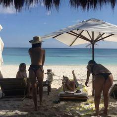 VIDEO Emily Ratajkowski danse seins nus devant ses copines - Voici
