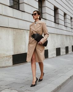 Classy Outfits, Classy Clothes, Color Azul, Trench, Dressing, Unique, How To Wear, Jackets, Pantone