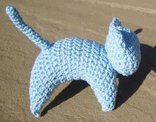 I knitted this kitty from this pattern but then decided I'd like to try and crochet one. The pattern below is made by me. It's the first pa. Crochet Tote, Love Crochet, Crochet Flowers, Crochet Hooks, Crochet Baby, Knit Crochet, Crochet Things, Stuffed Animal Patterns, Baby Crafts