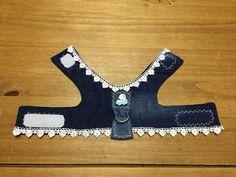 Harnais en jeans Tour du cou. : 25 cm. Tour de poitrine : 36 cm. Fermeture en velcro , avec anneau, petites roses et dentelles sur le dos Idéal pour petites chiennes d'environ 3 à 3,5 kg