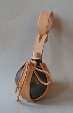 Die Zaubertrankflasche aus Keramik hat einen Durchmesser von: 6 cm. Die Flasche fast 90 ml. Material: Keramik, glasiert mit einer schwarzen Glasur. Die Zaubertrank Flasche hat eine Lederhalterung,...