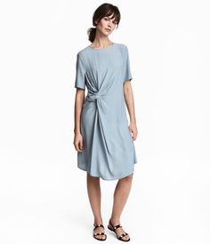 8b772d2e40cc8 Short-sleeved, knee-length dress in a crêpe weave with draping and a knot  detail at the front.
